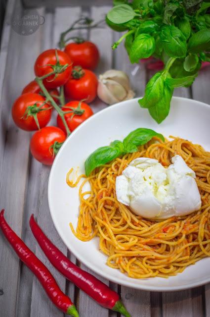 Spaghetti w sosie pomidorowym z mozzarellą