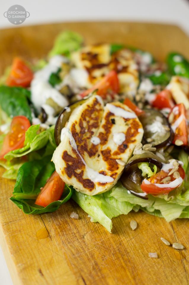 Zdrowa i szybka sałatka z serem halloumi