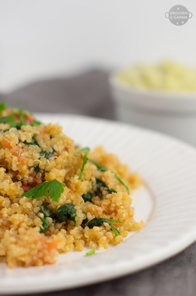 szybkie i zdrowe sniadanie komosa ryzowa z pomidorami i szpinakiem