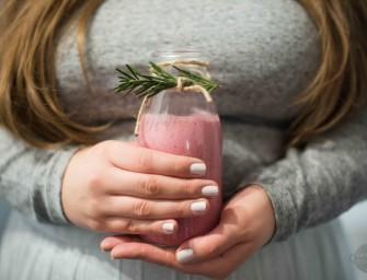 Zimowy koktajl z malin i rozmarynu
